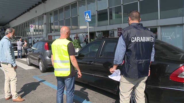 (Video) False licenze NCC, carabinieri e polizia di Roma Capitale sequestrano 67 carte di circolazione